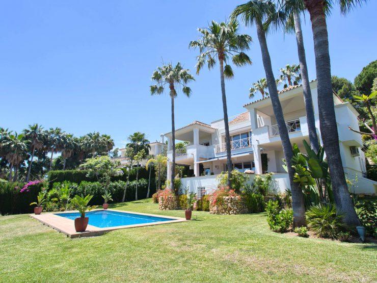 Contemporary Villa in Rio Real