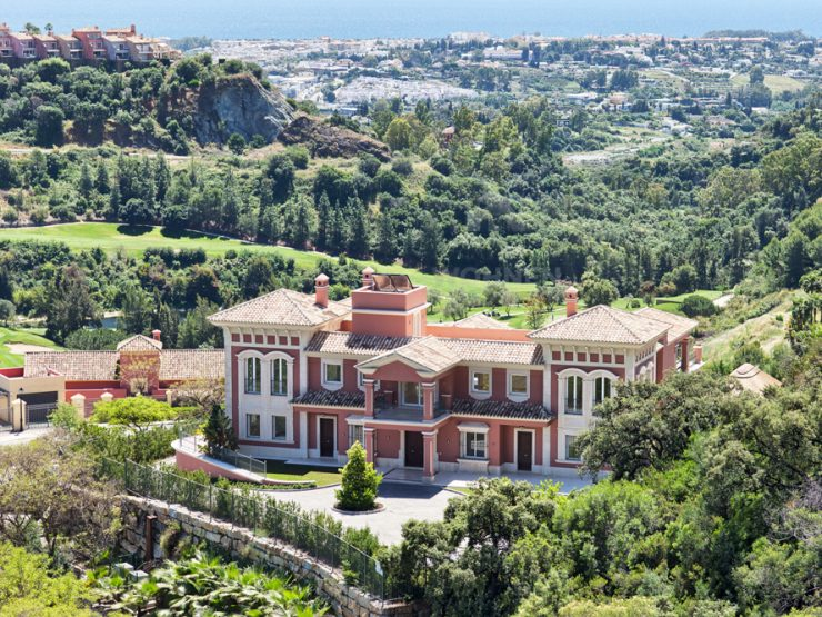Spectacular, spacious top quality 9 bedroom villa with panoramic views to the coast and the Mediterranean
