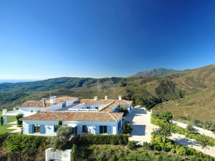 A luxurious villa on a double plot with panoramic views to the Mediterranean and the mountains