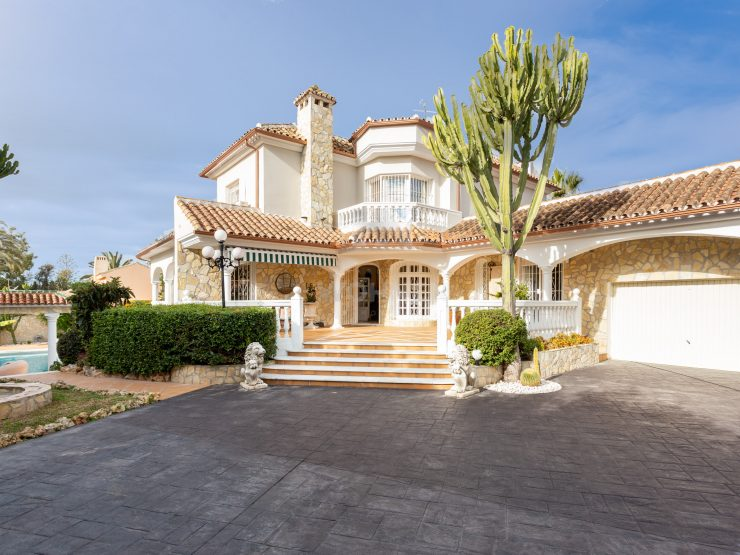Traditional Style Villa only 200 meters from the beach in Marbesa