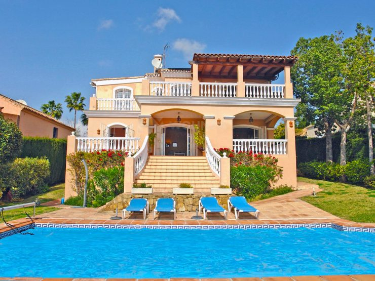 Beautiful Andalusian style property located in a popular golf urbanization west of Marbella