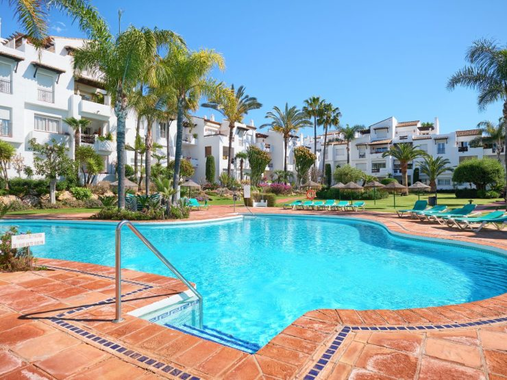 Completely renovated apartment in a beach complex. Walking distance to the beach