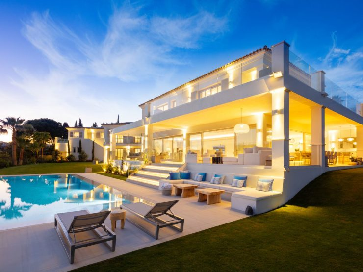 REAL ESTATE – MARBELLA – Property of the Month Dezember 2019 – A contemporary family home located front line of Aloha Golf