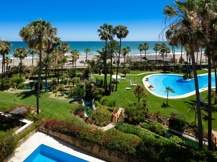 Beachfront penthouse with private pool in Puerto Banus, Marbella