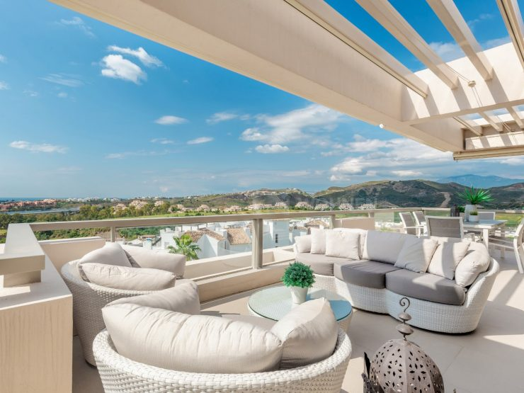 Modern apartment with stunning views of golf, sea and mountains
