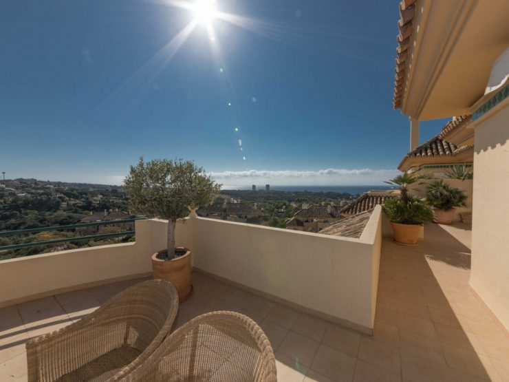 Amazing penthouse located in Elviria Hills with views over the lake and the sea