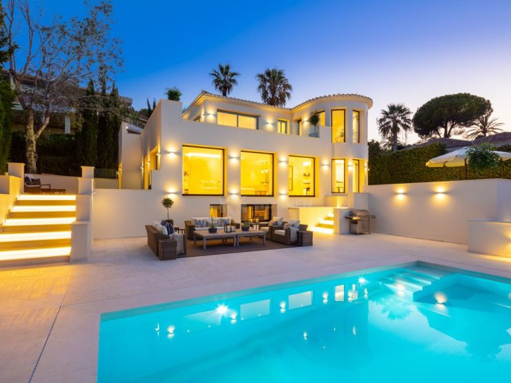 Elegant property conveniently located within minutes drive to Puerto Banus, Marbella
