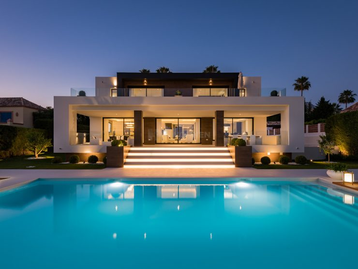 REAL ESTATE – MARBELLA – Property of the month November 2020 – Modern villa in a privileged location on the front line Los Naranjos Golf