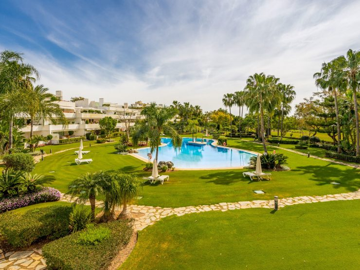 Fully renovated frontline golf apartment in Las Brisas Golf