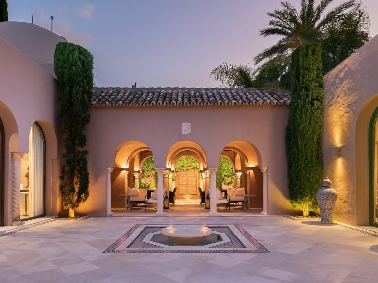 Stunning mansion just 100 meters from the sea – Marbella