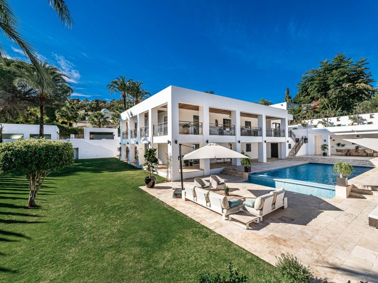 Stunning, contemporary absolute frontline golf Villa in Nueva Andalucia