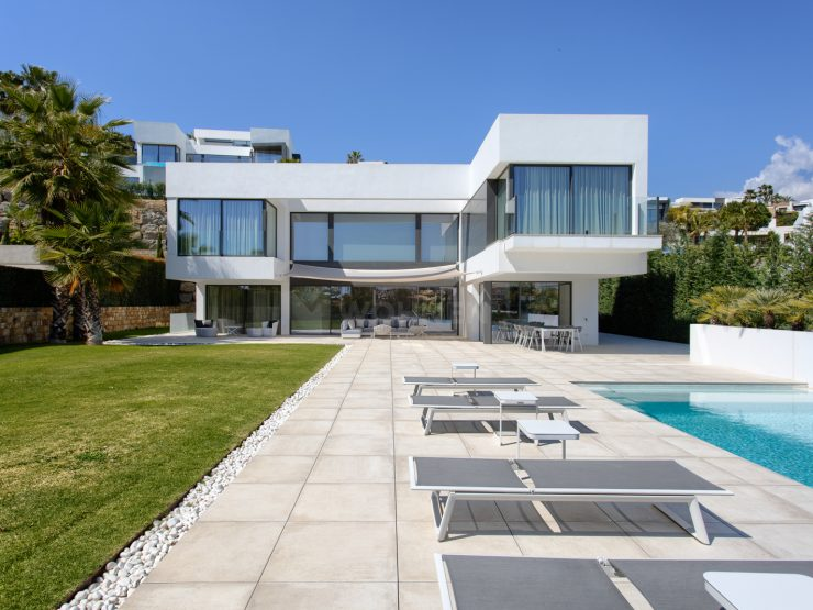 Modern luxury property with spectacular panoramic views of the sea