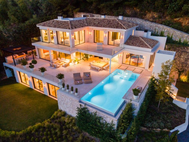 Exquisite property in Cascada de Camojan with panoramic sea views