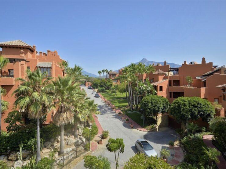 Very spacious duplex penthouse walking distance to Puerto Banus