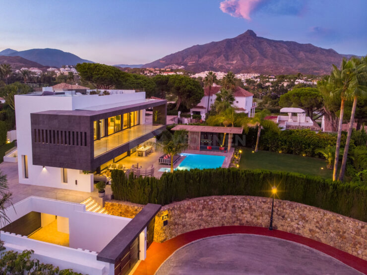 REAL ESTATE – MARBELLA – Property of the month Mai 2021 – Modern villa in the centre of the Golf Valley Nueva Andalucía – Marbella