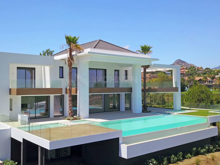 Fantastic contemporary villa with spectacular views of the sea and golf