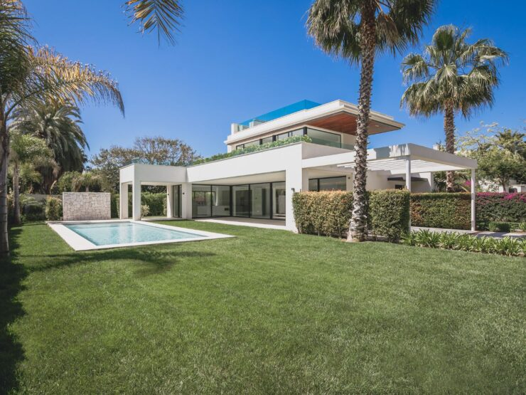 Magnificent contemporary-style villa only 200 metres to the beach