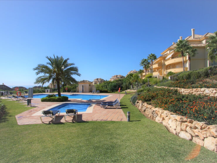 Spacious and bright ground floor apartment with sea views in Elviria Hills