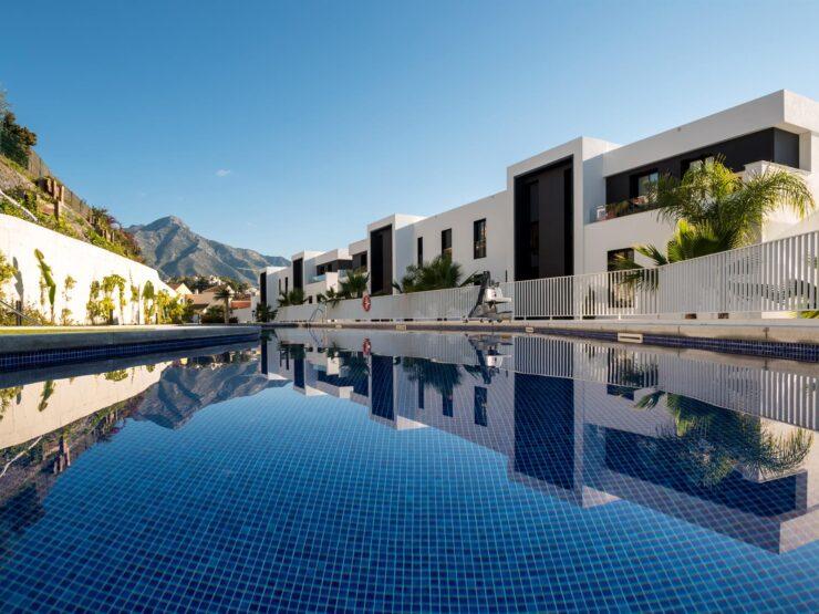 High quality elevated ground floor apartment in Nueva Andalucia